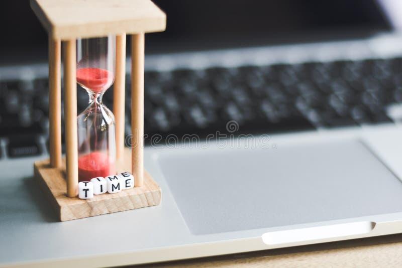 Temporizzatore dell'orologio della sabbia sul computer portatile immagine stock libera da diritti