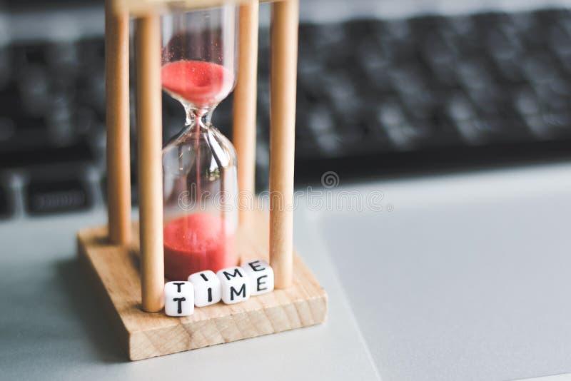 Temporizzatore dell'orologio della sabbia sul computer portatile fotografia stock libera da diritti