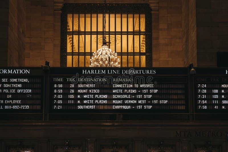 Tempos do trem e de trens de Harlem placa da partida dentro do terminal de Grand Central, New York, EUA fotografia de stock