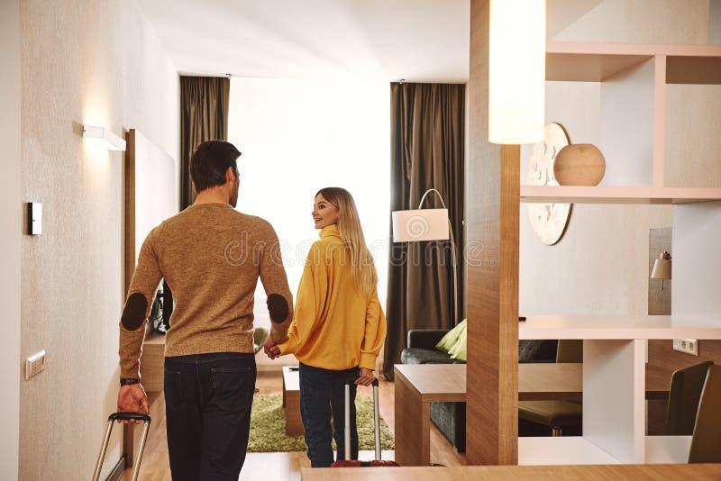 Temprorary-Wohnung Paare, die in ihrer Feiertagsmietwohnung überprüfen stockbild