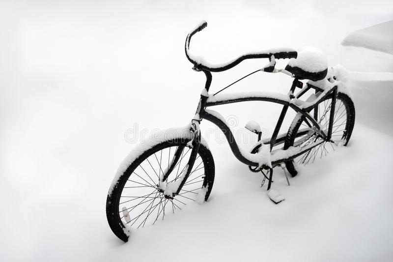 Temps anormal Mauvais temps en hiver Vélo dans la neige Bicyclette isolée couverte de neige Vélo enterré dans la neige Première n image libre de droits