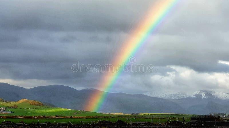 Temps créant un arc-en-ciel lumineux Pays de Galles photos stock