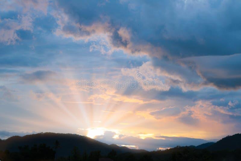 Download Temps Crépusculaire De Beau Coucher Du Soleil Derrière La Montagne Image stock - Image du crépuscule, montagne: 76083451