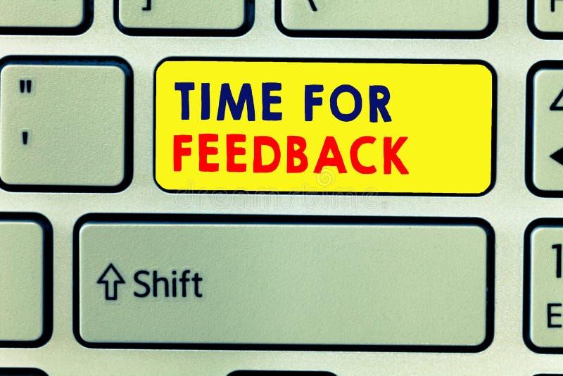 Temps d'écriture des textes d'écriture pour la rétroaction La réponse du besoin de signification de concept ou donnent à critique photo stock
