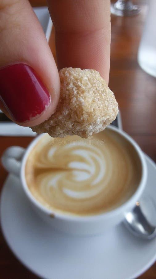 Temps d'amusement de doigts de cube en sucre de petit déjeuner de hippie de tasse de Coffe image libre de droits