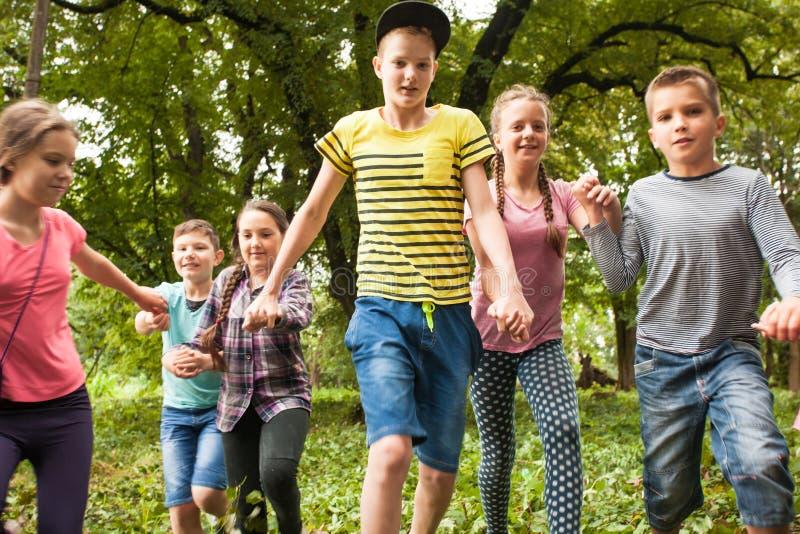 Temps d'amusement pour des enfants dans la colonie de vacances photos libres de droits