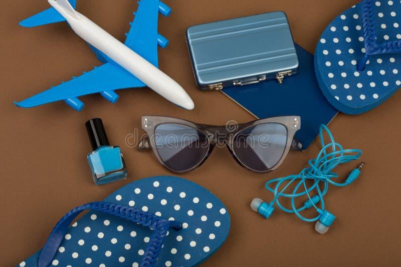 Temps d'aventure - surfacez, des bascules électroniques, passeport, peu de valise, lunettes de soleil, vernis à ongles photos libres de droits