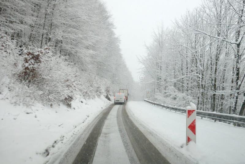 Temps d'hiver, neige sur la route Calamité de neige sur la route photo stock