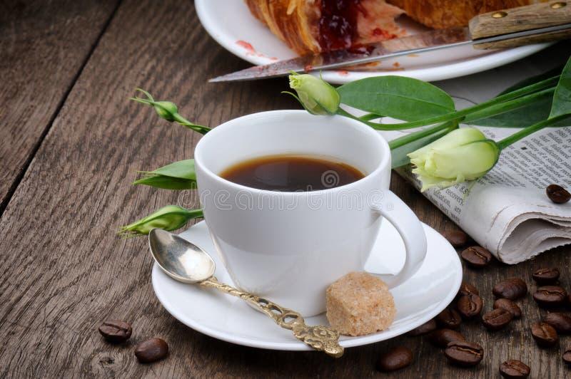 Temps de café de matin avec le journal image stock
