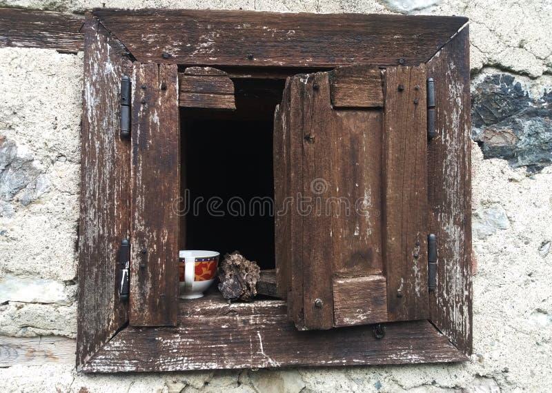 Temps de café sur la vieille fenêtre photo libre de droits