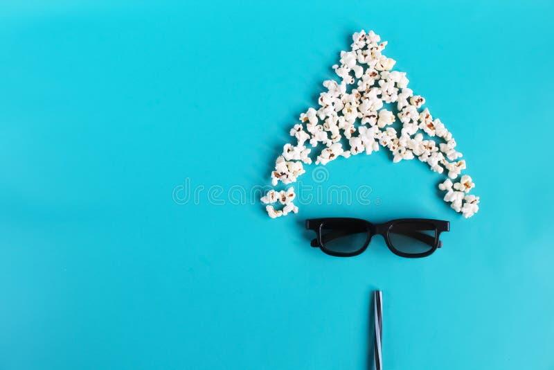 Temps de cin?ma sur le fond de papier bleu Image abstraite d'amusement de visionneuse, 3D verres, ma?s ?clat? Film et divertissem photo stock