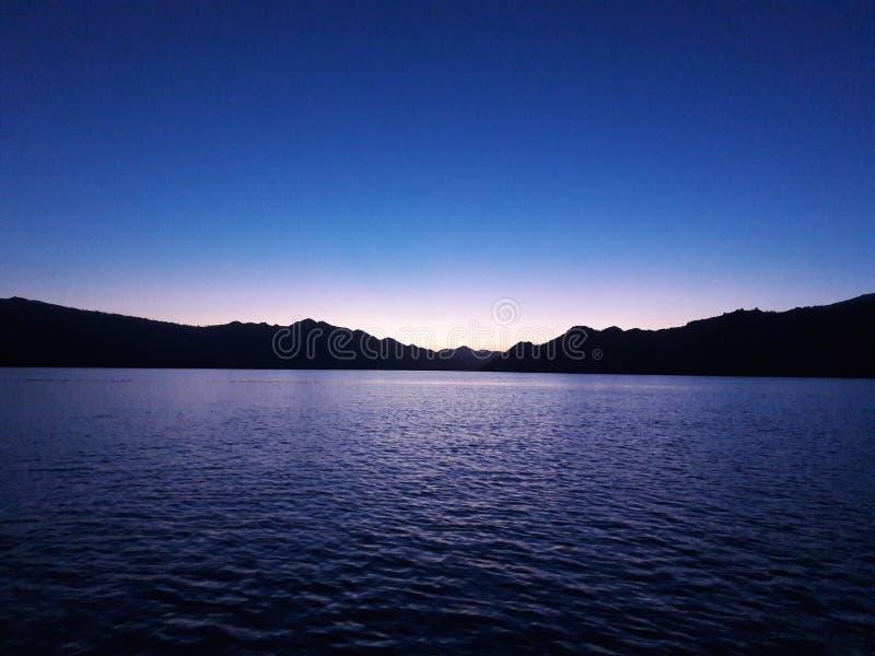 Temps de coucher du soleil à côté d'île de komodo photo stock