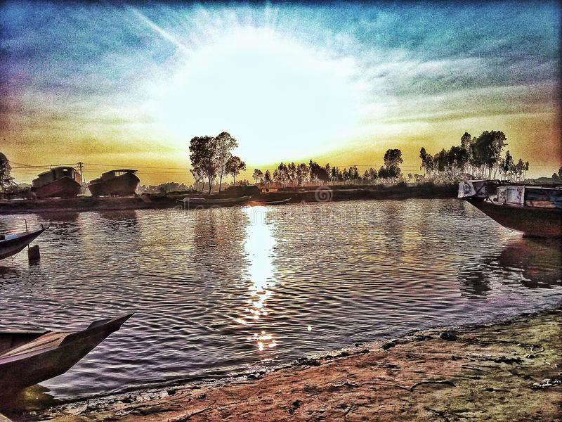 Temps de coucher du soleil à la rivière de Padma photographie stock