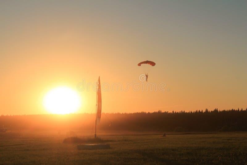 Temps de coucher du soleil Le parachutiste débarque images libres de droits