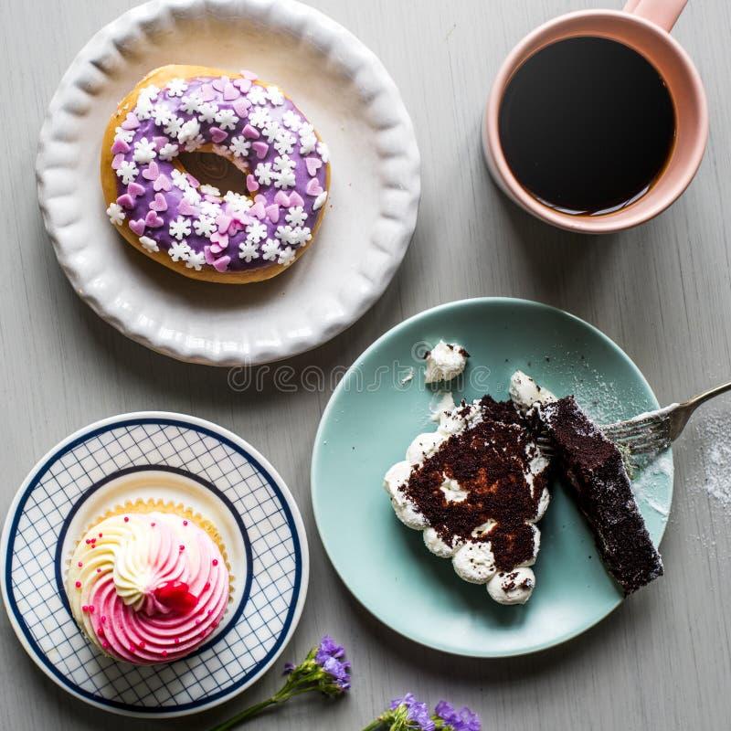 Temps de coupure de dessert de bonbons à boulangerie de beignet de gâteau photos libres de droits