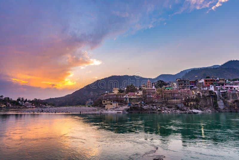 Temps de crépuscule à Rishikesh, à ville sainte et à destination de voyage dans l'Inde Ciel coloré et nuages se reflétant au-dess photographie stock