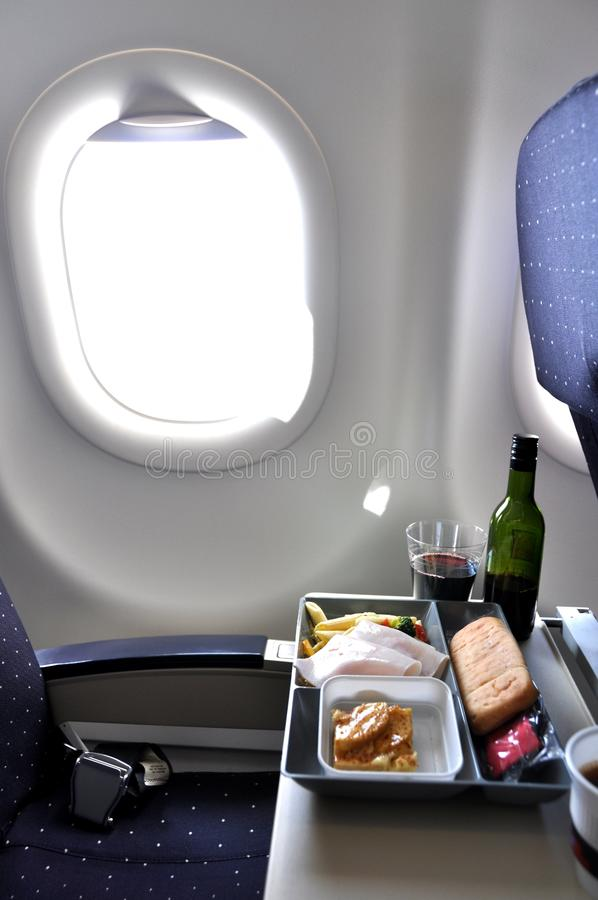 Temps de déjeuner dans un avion photographie stock libre de droits