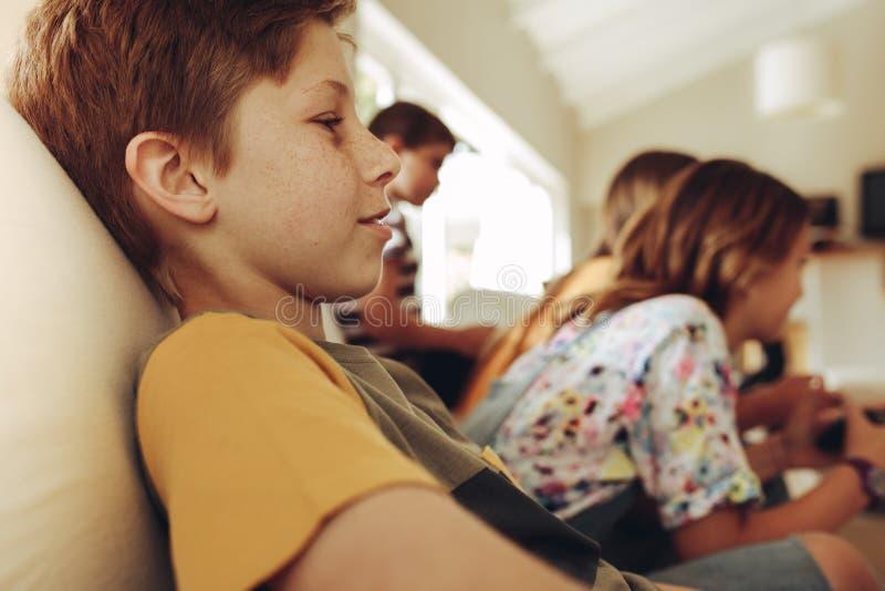 Temps de dépense d'enfants à la maison images libres de droits