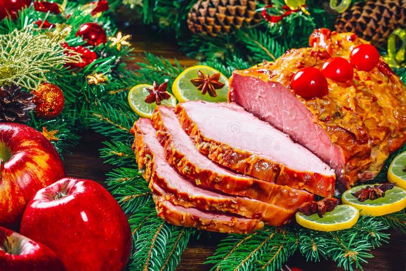 Temps de dîner de table de Noël avec des viandes, les bougies et le décor rôtis de nouvelle année Jour de thanksgiving de fond photos stock