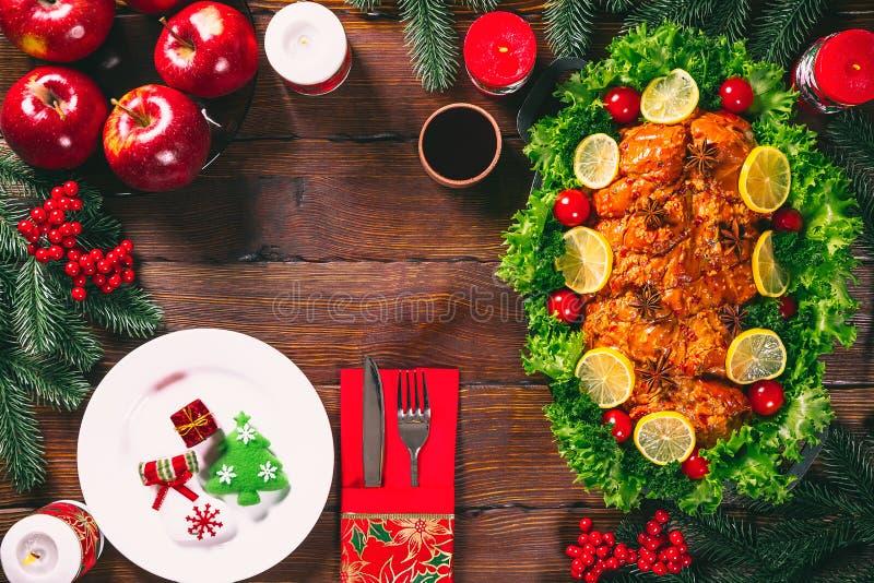 Temps de dîner de table de Noël avec des viandes, les bougies et le décor rôtis de nouvelle année Thanksgiving de fond photographie stock