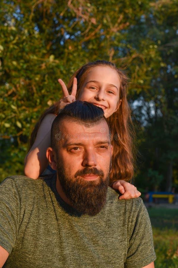 Temps de famille Peu fille étreignant son papa avec une barbe Promenade d'?t? photos stock