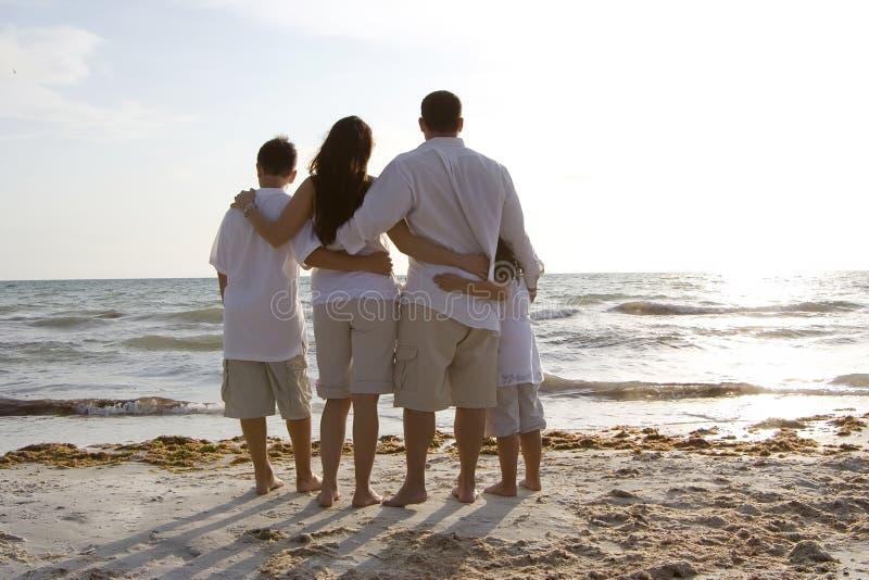 Temps de famille sur une plage photographie stock libre de droits