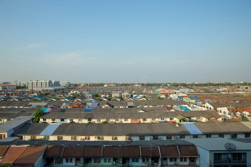 Temps de jour de vue de dessus de toit de paysage urbain des maisons de toit-tuile à Bangkok, ciel clair photographie stock libre de droits