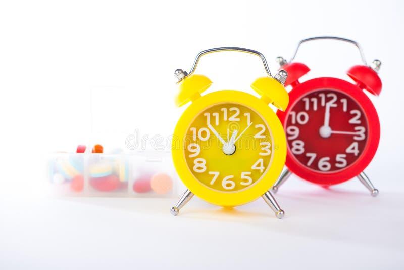 Temps de médecine d'exposition de réveil et de boîte de pilule image stock