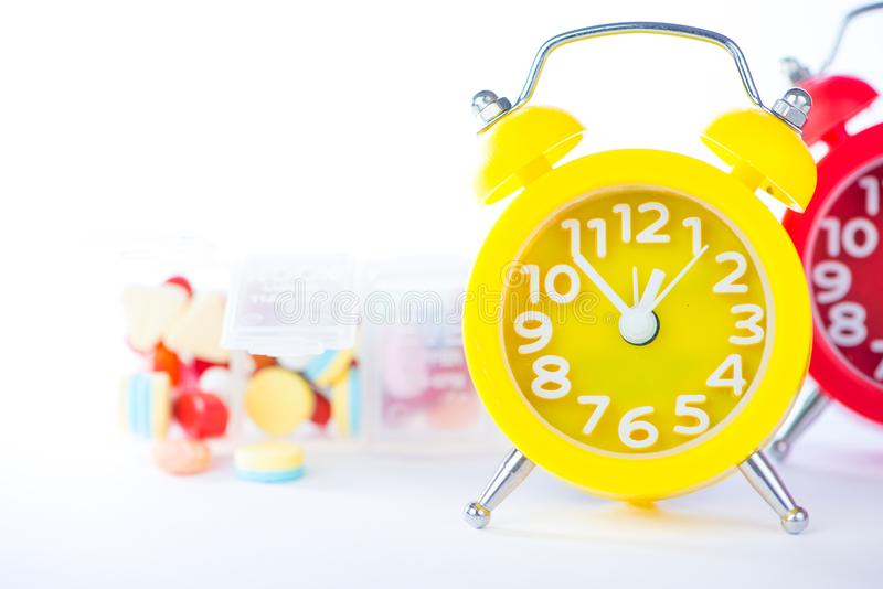 Temps de médecine d'exposition de réveil et de boîte de pilule photo libre de droits