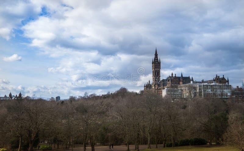 Temps de parc de Kelvingrove au printemps avec l'université de Glasgow m photographie stock