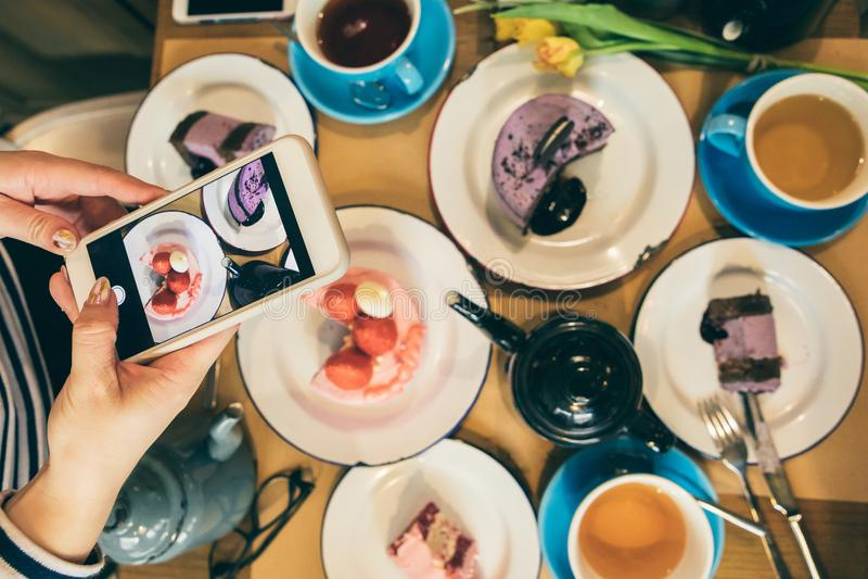 Temps de partie de bonbons à dessert Blogger mobile de nourriture de photo Petit déjeuner de café de restaurant de vue supérieure photos stock