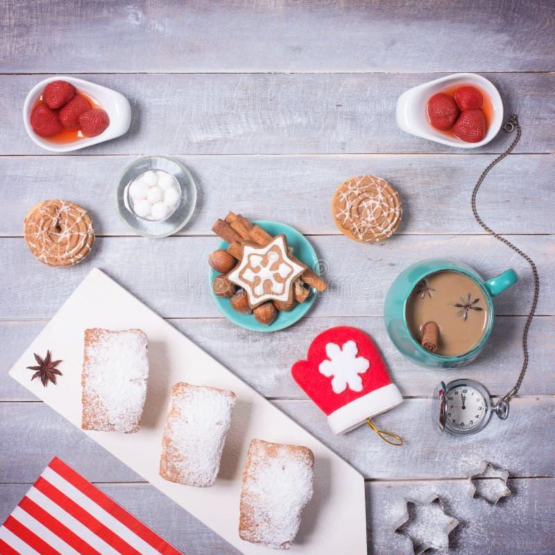Temps de partie de café avec des biscuits WI de décor de nouvelle année et de Noël photo libre de droits
