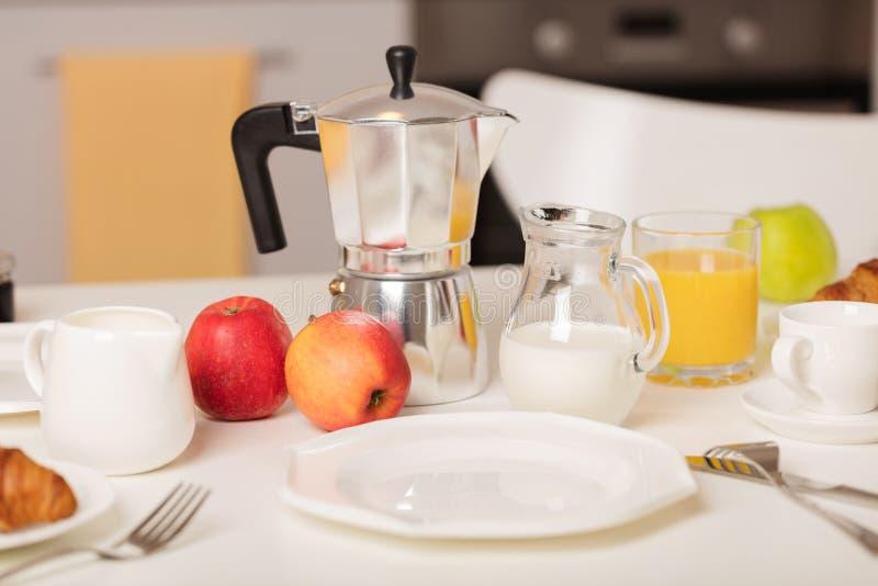 Temps de petit déjeuner Croissants et jus d'orange, confiture et miel Coff image stock