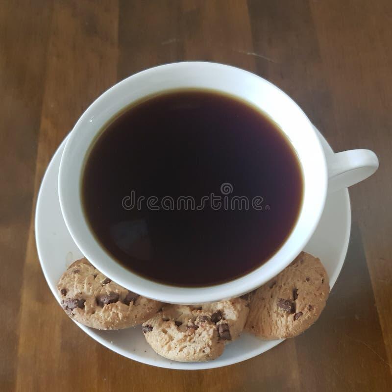 Temps de qualité de café noir et de gâteaux aux pépites de chocolat photographie stock libre de droits