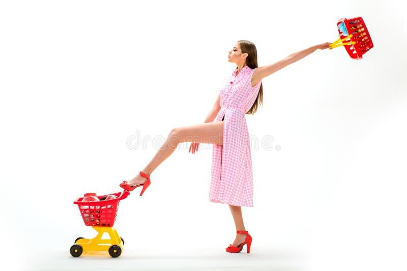 Temps de qualité Thérapie d'achats dans l'action la femme de vintage vont faire des emplettes dans le mail avec des produits étiq image stock