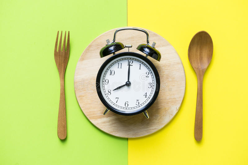 Temps de repas avec le réveil photos stock