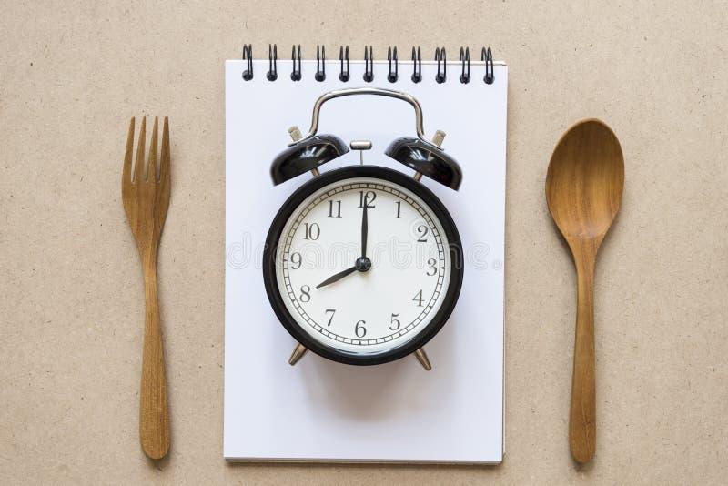 Temps de repas avec le réveil image libre de droits