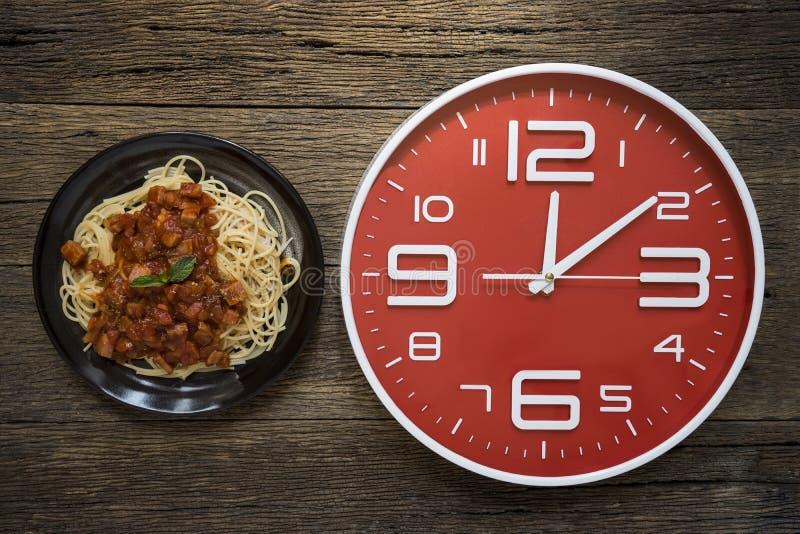 Temps de repas avec le réveil photographie stock libre de droits