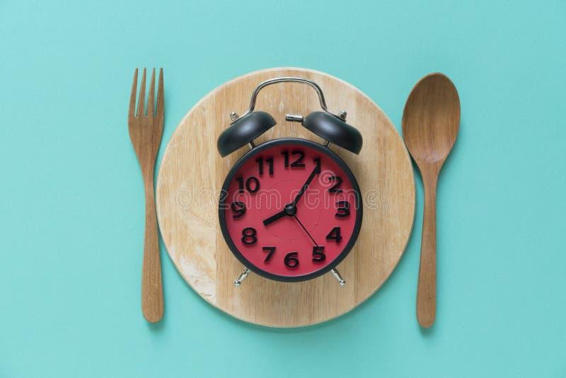 Temps de repas avec le réveil au temps de petit déjeuner photos libres de droits