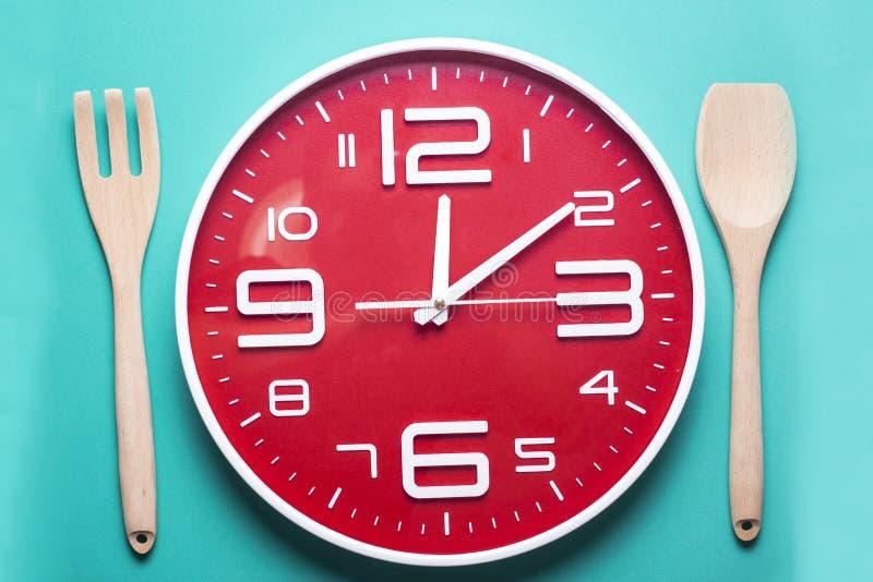 Temps de repas avec le réveil, temps de déjeuner images stock