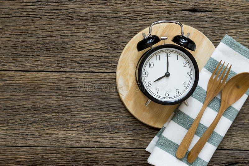 Temps de repas avec le réveil, petit déjeuner photographie stock libre de droits
