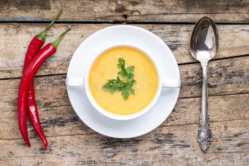 Temps de repas La soupe aux pois a servi sur la table en bois grunge avec des épices images libres de droits