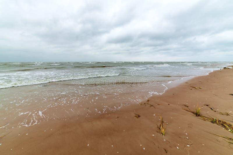 temps de tempête sur la plage par le bord de mer rocheux photos libres de droits