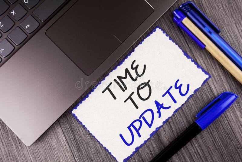 Temps des textes d'écriture de Word de mettre à jour Le concept d'affaires pour le renouvellement mettant à jour des changements  photos libres de droits