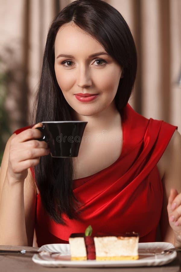 Temps doux. Portrait de belles femmes buvant le thé et la consommation photographie stock libre de droits