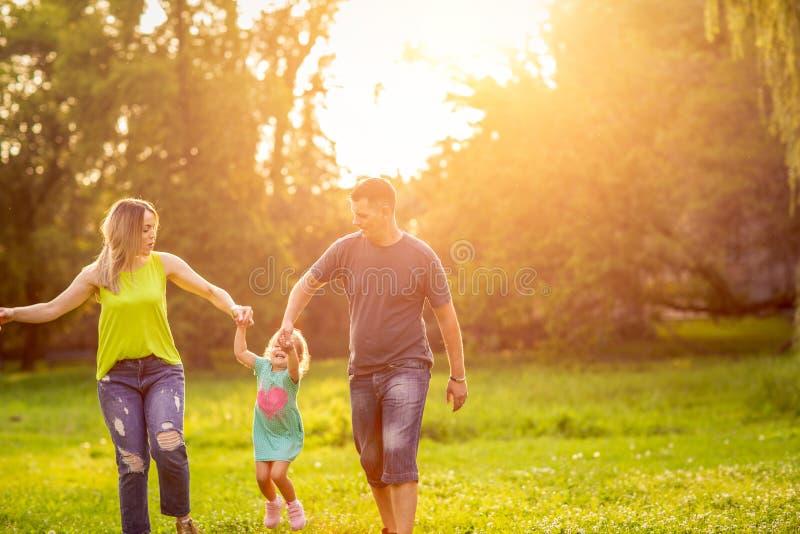 Temps dr?le - famille avec des enfants appr?ciant en parc photos stock