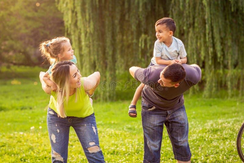 Temps drôle - parents jouant avec leurs enfants en parc photo stock