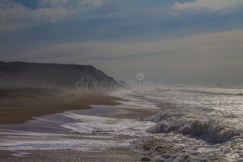 Temps flou et un océan orageux images stock