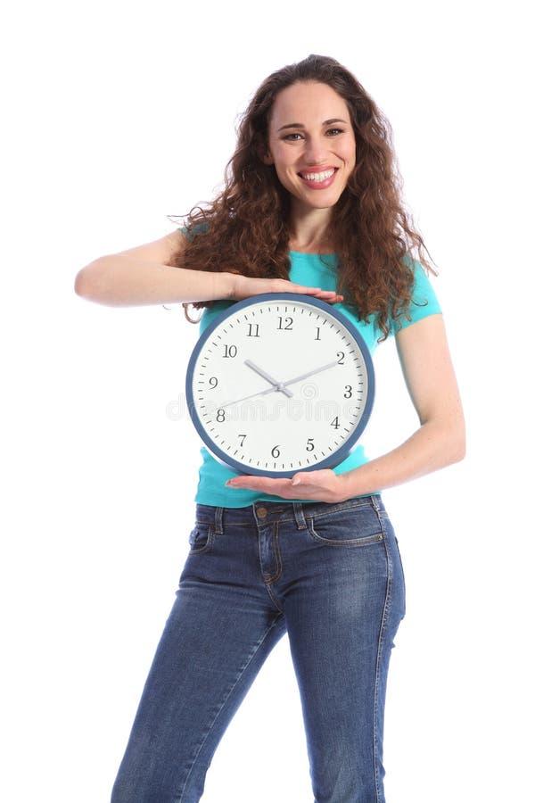 Temps gardant la belle horloge de fixation de jeune femme photo stock