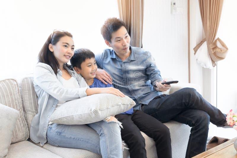 Temps heureux de famille Mère, père et fils détendant à la maison photographie stock libre de droits